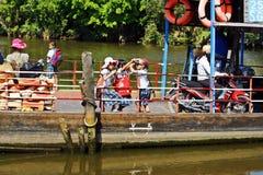 Lokal färja på den Mekong deltan Royaltyfri Bild