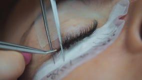 lokal för avläsning för skönhetclientagetidskrifter shoppar att vänta Ögonfransförlängning Kvinna` s synar närbild Ögonfrans närb stock video