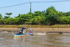 Lokal fishermansfolkfisk i Mekonget River Royaltyfri Fotografi