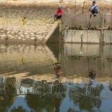 Lokal fishermansfolkfisk i Mekonget River Royaltyfria Bilder
