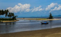 Lokal fiskare på stranden som är fridsam i sommar royaltyfri fotografi