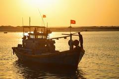 Lokal fiskare som arbetar på den Vietnam fiskebåten i en solig morgon Fotografering för Bildbyråer