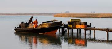 Lokal fiskare som har en kopp kaffe Arkivbilder