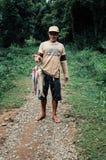 lokal fiskare som hem kommer med ett lås på en djungelbana arkivbilder