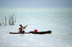 Lokal fiskare som kontrollerar hans fällor royaltyfri bild