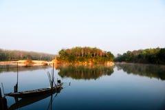 Lokal fiskebåt i kanalen Arkivfoto