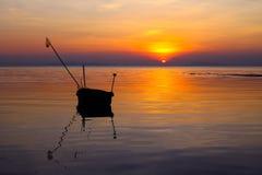 Lokal fiskebåt med solnedgång på ön Arkivfoton