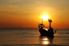 Lokal fiskebåt med solnedgång på ön Royaltyfri Fotografi