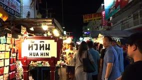 Lokal folk- och turistshopping på den berömda natten marknadsför lager videofilmer