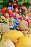 Lokal fruktaffär, återförsäljare i Princeton, British Columbia Trevlig garnering med pumpa, groud, bär frukt Arkivfoton