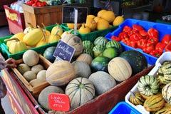 Lokal fruktaffär, återförsäljare i Princeton, British Columbia Trevlig garnering med pumpa, groud, bär frukt Royaltyfri Fotografi
