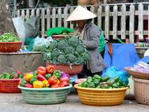 Lokal gatamarknad i Vietnam Royaltyfri Foto