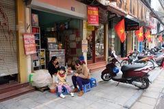 Lokal gatamatförsäljare på ett hörn i Hanoi gamla fjärdedel Arkivbild