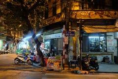 Lokal gatamatförsäljare på ett hörn i Hanoi gamla fjärdedel på natten Fotografering för Bildbyråer