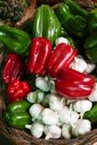 Lokal-gewachsene Knoblauch-, Grüne und Rotepfeffer in einem Gemüsestall im alten Lebensmittelgeschäftmarkt Valparaiso's, Chile lizenzfreies stockfoto
