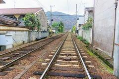 Lokal järnväg i Kyoto, Japan Arkivfoto