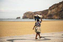 Lokal kvinna av Nazare, Portugal royaltyfri foto