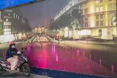 Lokal kvinnamoto-rickshaw vänta av cliens Arkivbilder