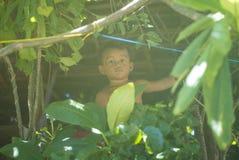 Lokal liten pojke i Bora Bora royaltyfria bilder