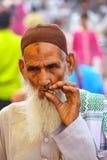 Lokal manstående som röker på gatamarknaden i Fatehpur si Royaltyfri Foto