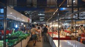 Lokal marknad i aftonen Arkivfoton