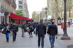 Lokal och tourisrs på avenydesen Champs-Elysees Fotografering för Bildbyråer