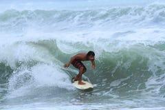 Lokal surfare på Bali Arkivbilder