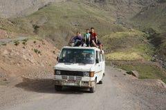 Lokal transport i höga kartbokberg Royaltyfri Bild