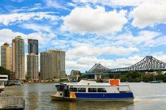 Lokal transport längs den Brisbane floden Arkivfoto