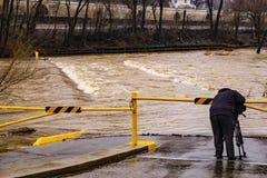 Lokal TVfotograf Taking Footage av den Roanoke flodfloden royaltyfria bilder