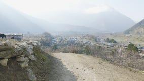 Lokala bönder bär tunga vide- korgar på huvuden i Nepal Manaslu område stock video
