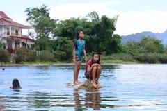 Lokala barn som spelar på den Nam Song floden Vang Vieng laos Royaltyfri Bild