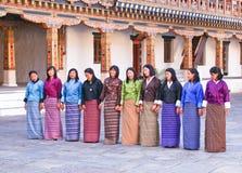 Lokala bhutanesiska flickor som repeterar en dansföljd för en kommande festival Arkivbild