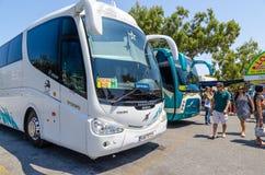 Lokala bussar på bussterminalen i den Thira staden royaltyfri fotografi