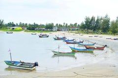Lokala fartyg för fiskare` s på stranden 2 Arkivbild