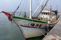 Lokala fiskebåtskeppsdockor på port Royaltyfria Foton