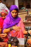 Lokala kvinnaköpandeäpplen på gatamarknaden i Fatehpur Sikri, Uttar Pradesh, Indien Fotografering för Bildbyråer