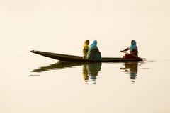 Lokala kvinnor i det lilla fartyget för trans. i sjön av Srinagar, Jammu and Kashmir stat, Indien Royaltyfri Foto