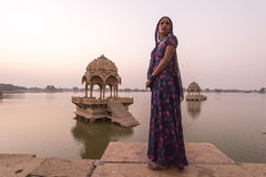 Lokala kvinnor i Gadisar sjön Royaltyfri Foto