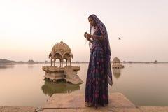 Lokala kvinnor i Gadisar sjön Royaltyfri Bild