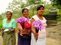 Lokala kvinnor som säljer blommor på Dambulla den guld- templet i Sri LAN Royaltyfri Bild