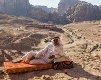 Lokala män framme av urnagravvalvet Petra jordan Royaltyfria Foton