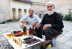 Lokala män som säljer pärlor och doft på ingången till den Abrahams pölen i Urfa i Turkiet Arkivfoton