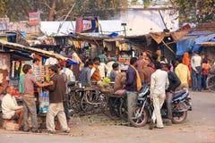Lokala män som står på gatamarknaden i Fatehpur Sikri, Uttar Royaltyfri Foto