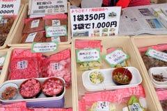Lokala mat och knipor säljs på den Takayama Jinya-mae morgonmarknaden, Takayama, Japan Royaltyfri Foto