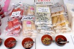 Lokala mat och knipor säljs på den Takayama Jinya-mae morgonmarknaden, Takayama, Japan Fotografering för Bildbyråer