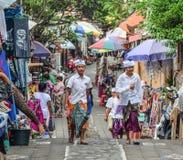 Lokala pojkar som går på gatan i Bali, Indonesien arkivfoto