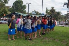 Lokala skolaflickor som praticing en traditionella Paihia Maori Dance fotografering för bildbyråer