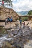 Lokala turister på Ravana nedgångar Royaltyfri Fotografi