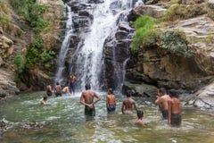 Lokala turister på Ravana nedgångar Royaltyfria Foton